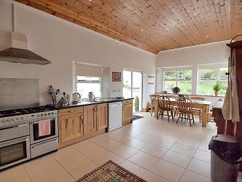 Großzügige offene Küche, Esstisch und Ruhe-Bereich