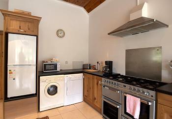 Komplett ausgestattete Küche mit allen modernen Annehmlichkeiten