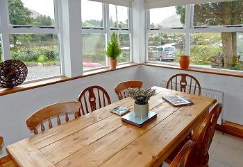 Table de salle à manger avec vue sur la rivière Bundorragha