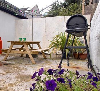 Veranda mit Grillbereich und Picknicktisch