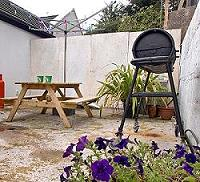 Table de pique-nique et le barbecue