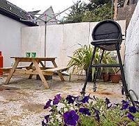 Table de pique-nique et le barbecue